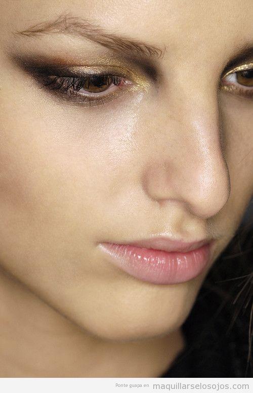 Maquillaje de ojos en dorado y negro, ideal para fiestas
