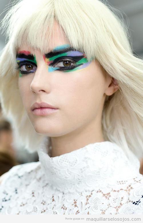Maquillaje de ojos futurista, estilo Blade Runner de colores