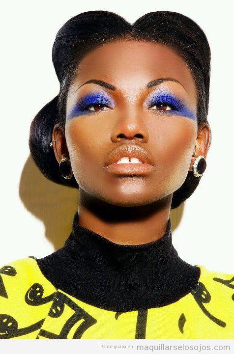 Maquillaje de ojos en azul eléctrico para pieles morenas y oscuras