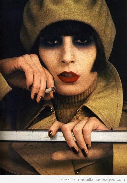 Maquillaje de ojos estilo beatnik negro ahumado