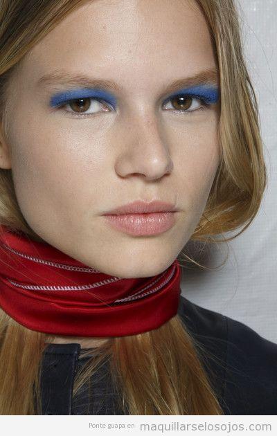 Maquillaje de ojos con sombra azul para ojos marrones y miel