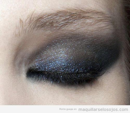 Maquillaje de ojos sombra brillante en gris y azul, ideal para fiestas