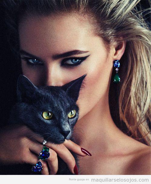 Maquillaje de ojos sexy, estilo cat eye u ojo de gato