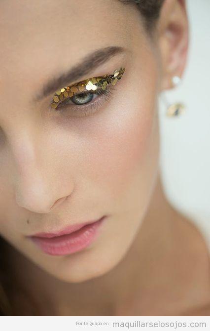 Idea maquillaje ojos con lentejuelas y purpurina dorada