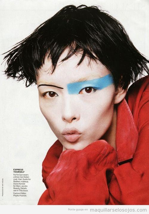 Maquillaje de ojos en azul muy original