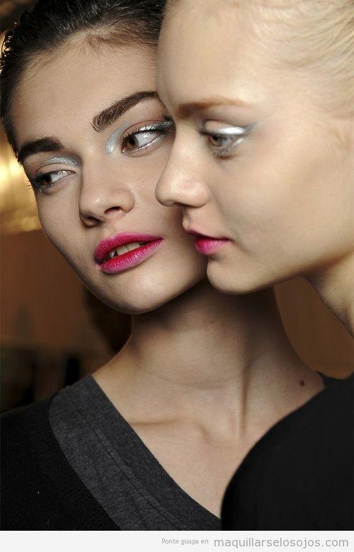 Maquillaje de ojos original en tono plateado