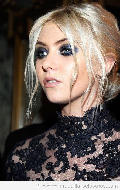 Maquillaje de ojos ahumado oscuro en tonos azules, Taylor Momsem