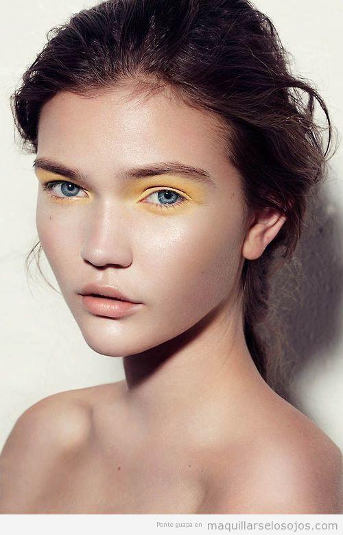 Maquillaje de ojos en color amarillo