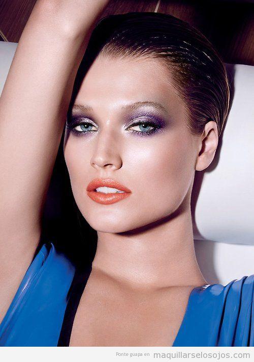 Maquillaje de ojos en tonos morados y lilas brillantes