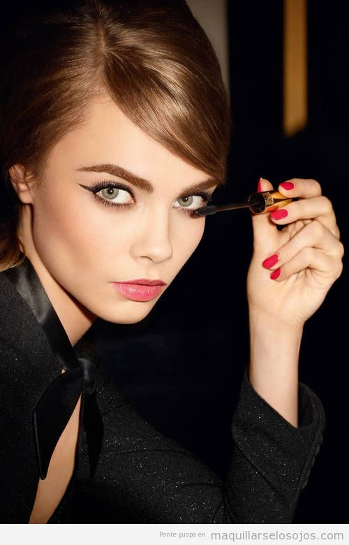 Maquillaje de ojos con la raya del ojo muy larga, estilo retro