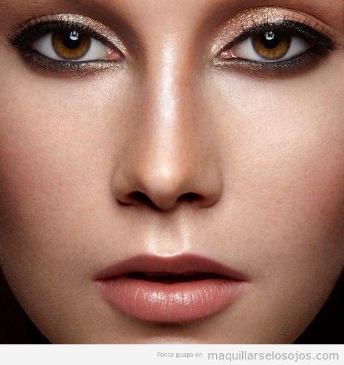 Maquillaje de ojos con eyeliner negro y sombra dorada gloss