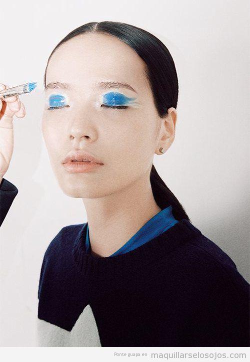 Maquillaje de ojos muy original en color azul