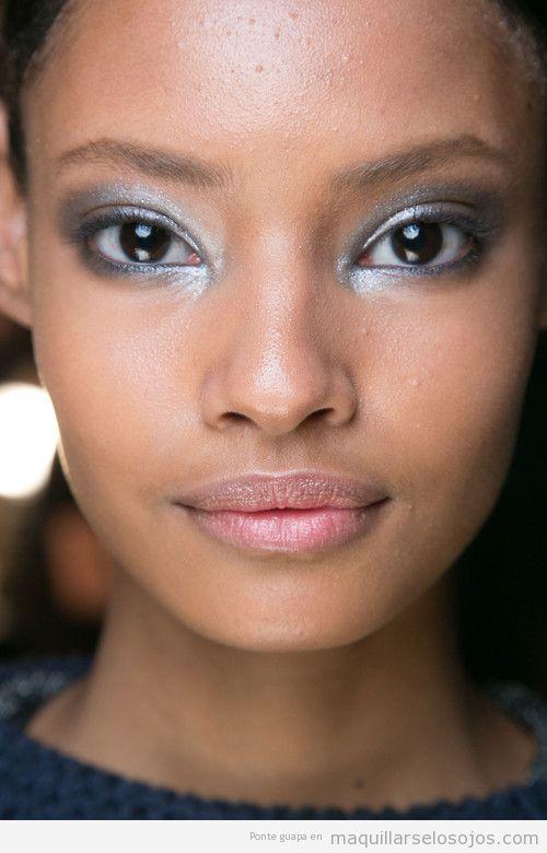 Maquillaje de ojos clor plateado para chicas piel morena