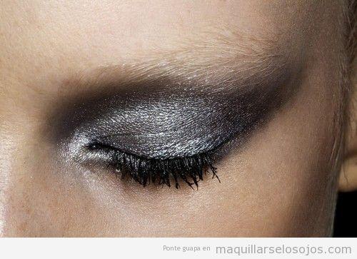 Maquillaje de ojos ahumado y sexy en gris y negro