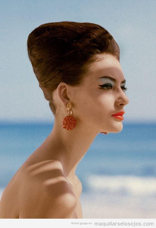 Maquillaje ojos retro, modelo Katherine Pastrie  para Vogue US 1960