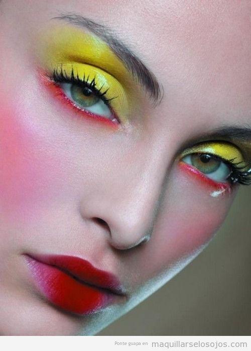 Maquillaje de ojos en amarillo y rojo efecto brillante o glos