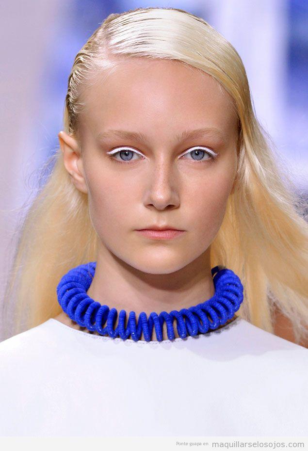 Maquillaje de ojos eyeliener blanco para chicas rubias, desfile Kenzo