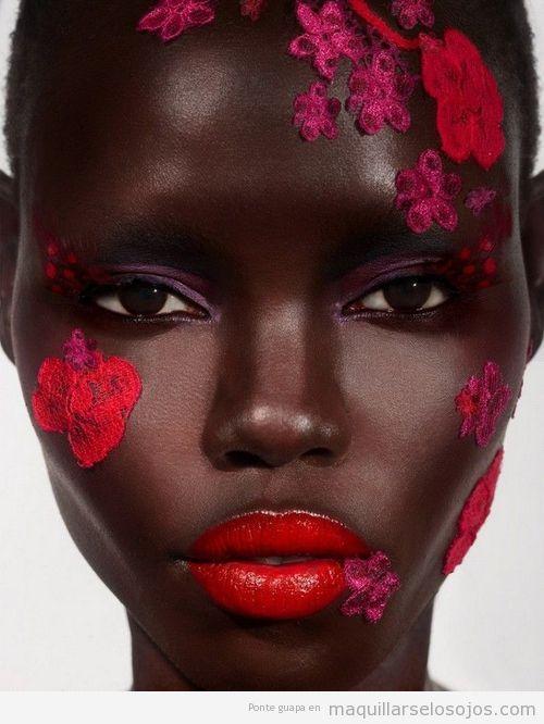 Maquillaje de ojos en tonos rosas para pieles negras y morenas