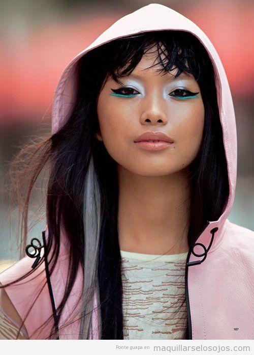 Maquillaje de ojos original con eyeliner en turquesa