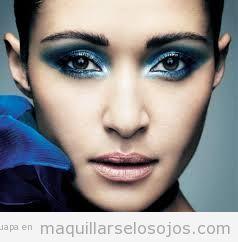 Maquillaje de ojos en tonos azules