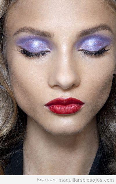 Maquillaje ojos lila metalizado, labios rojos 2