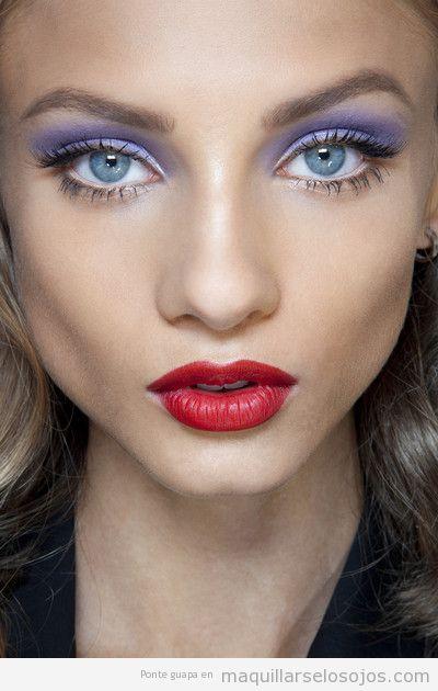 Maquillaje ojos lila metalizado, labios rojos
