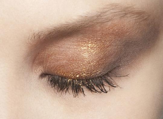 Maquillaje ojos en tonos marrones y dorados para otoño 2