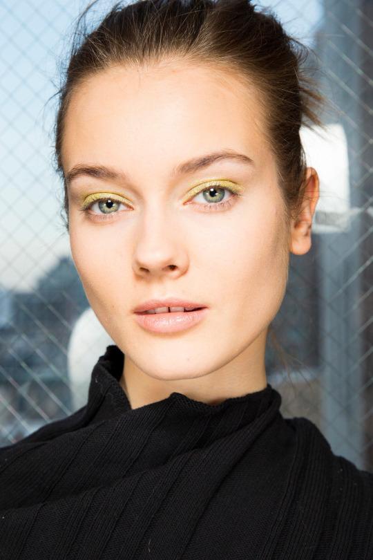 Maquillaje de ojos en tonos amarillos para otoño