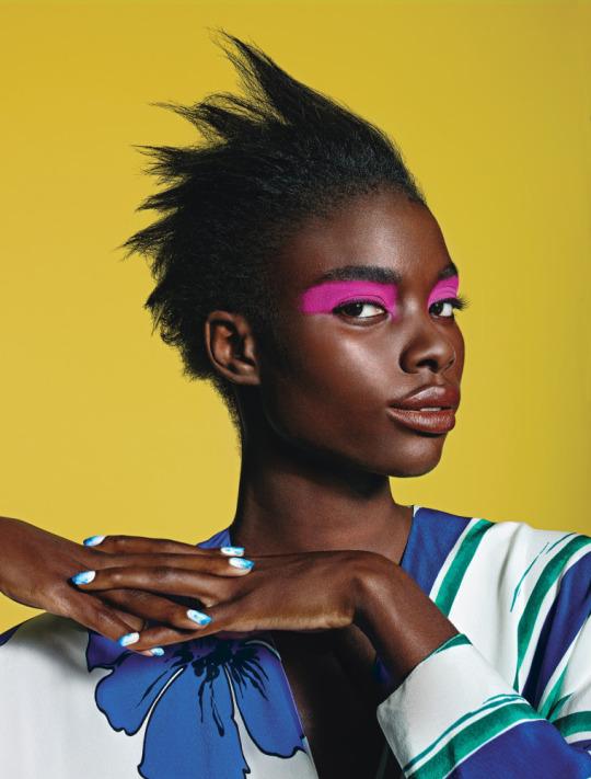 Maquillaje ojos artístico en rosa fucsia, mujer raza negra