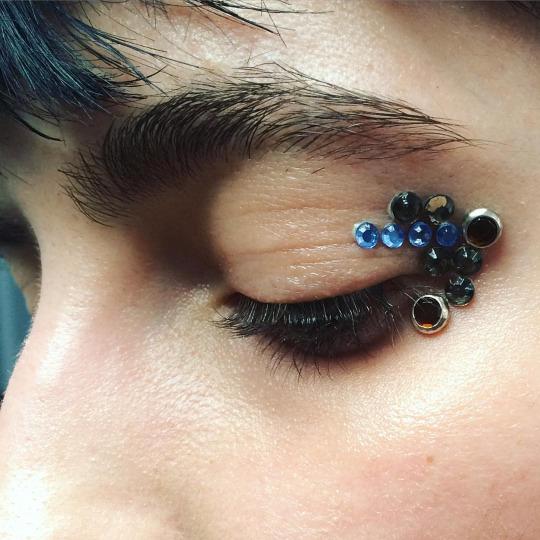 Maquillaje de ojos con gemas o joyas pegadas