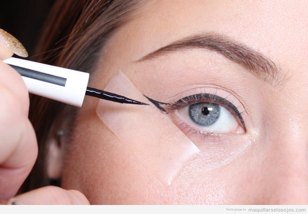 Trucos para perfilar ojo con rabillo o winged eyeline, cinta adhesiva