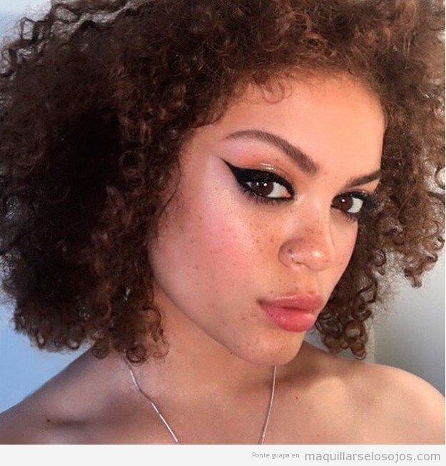 Maquillaje de ojos con párpados glossy o brillantes naranja 2