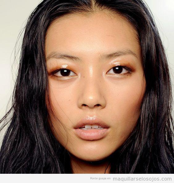 Maquillaje de ojos con párpados glossy o brillantes naranja