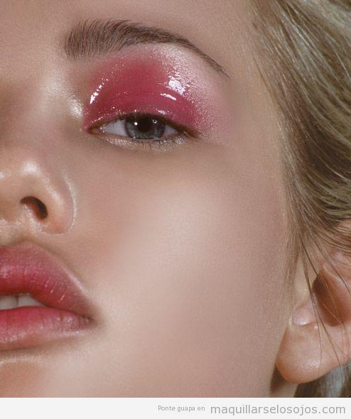 Maquillaje de ojos con párpados glossy o brillantes rosa 2