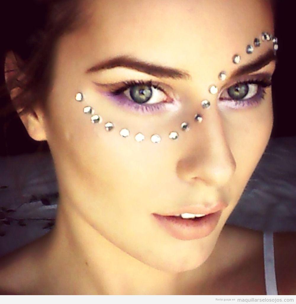 Maquillaje de ojos para festivales de música con lentejuelas 2
