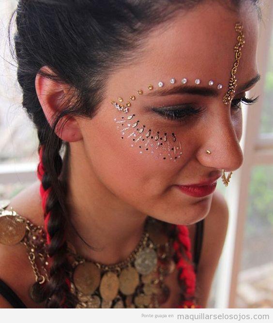Maquillaje de ojos para festivales de música con lentejuelas 3