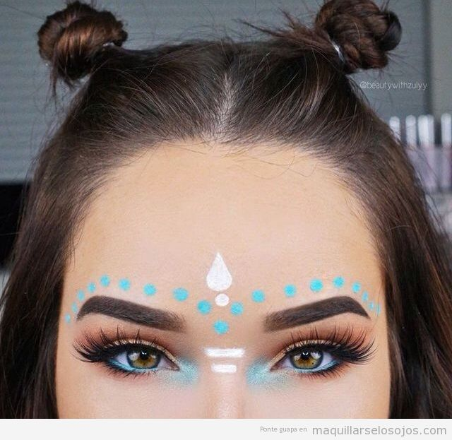 Maquillaje de ojos para festivales de música con decoraciones