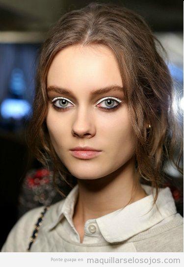 Maquillaje de ojos blanco y labios tono natural