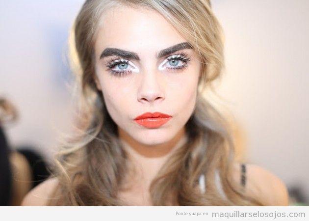Maquillaje de ojos blanco y labios naranja 2