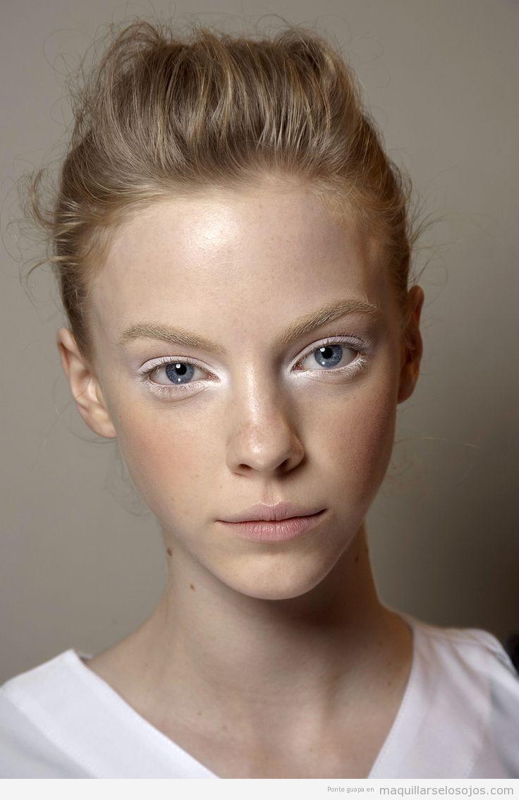Maquillaje de ojos blanco y labios tono natural 2