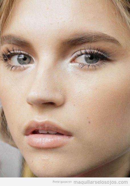 Maquillaje de ojos blanco y labios tono natural 3