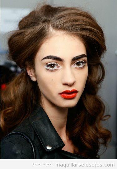 Maquillaje de ojos blanco y labios rojos