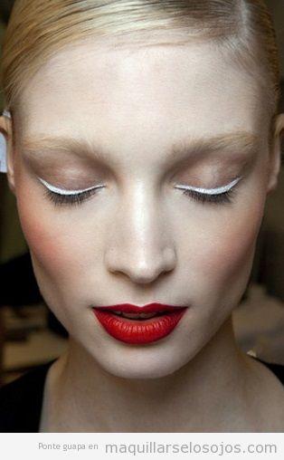 Maquillaje de ojos blanco y labios rojos 2