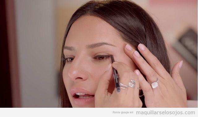 Maquillaje de ojos cat eye delineador líquido