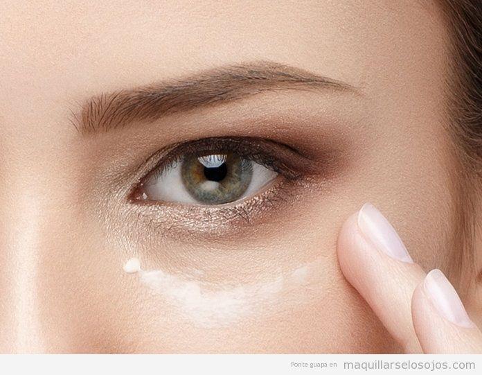 Cómo aplicar crema contorno ojos