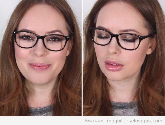 Combinar gafas negras y maquillaje de ojos purpurina