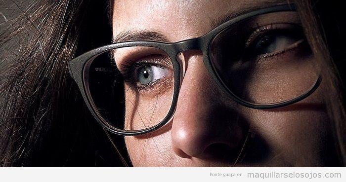 Combinar gafas negras y maquillaje de ojos
