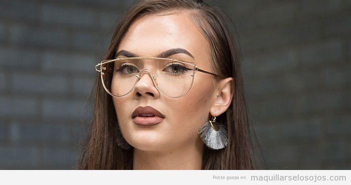 Combinar gafas doradas y maquillaje de ojos cateye