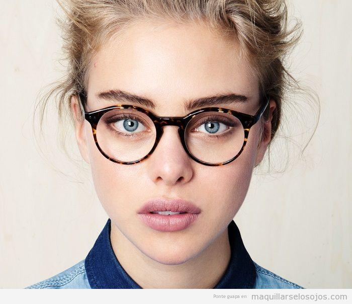 Combinar gafas leopardo y maquillaje de ojos suave