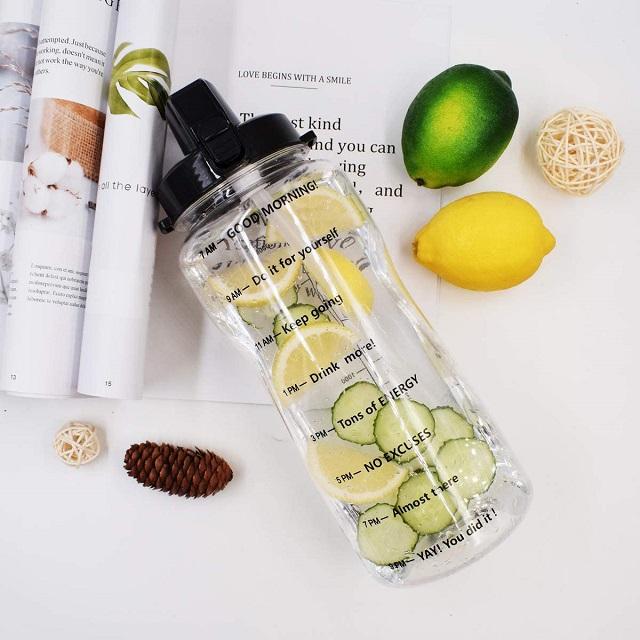 Botella de agua de 2 L con recordatorio